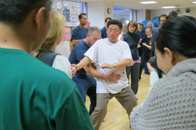 A student uses his hand to follow the rotation of Chen Xiaowang's dantian